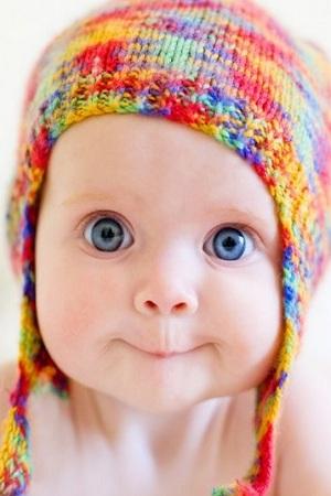 Bébé drôle fille yeux bleus