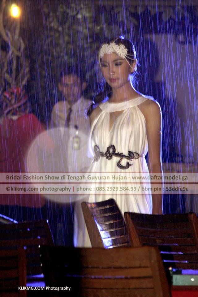 Bridal Fashion Show di Tengah Guyuran Hujan - Ingin jadi model ? silahkan daftar secara online di : www.daftarmodel.ga