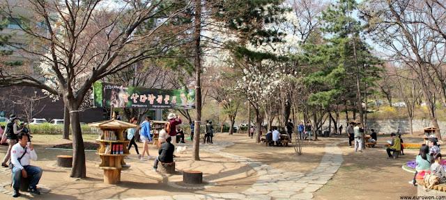 Biblioteca gratuita al aire libre en Namsan