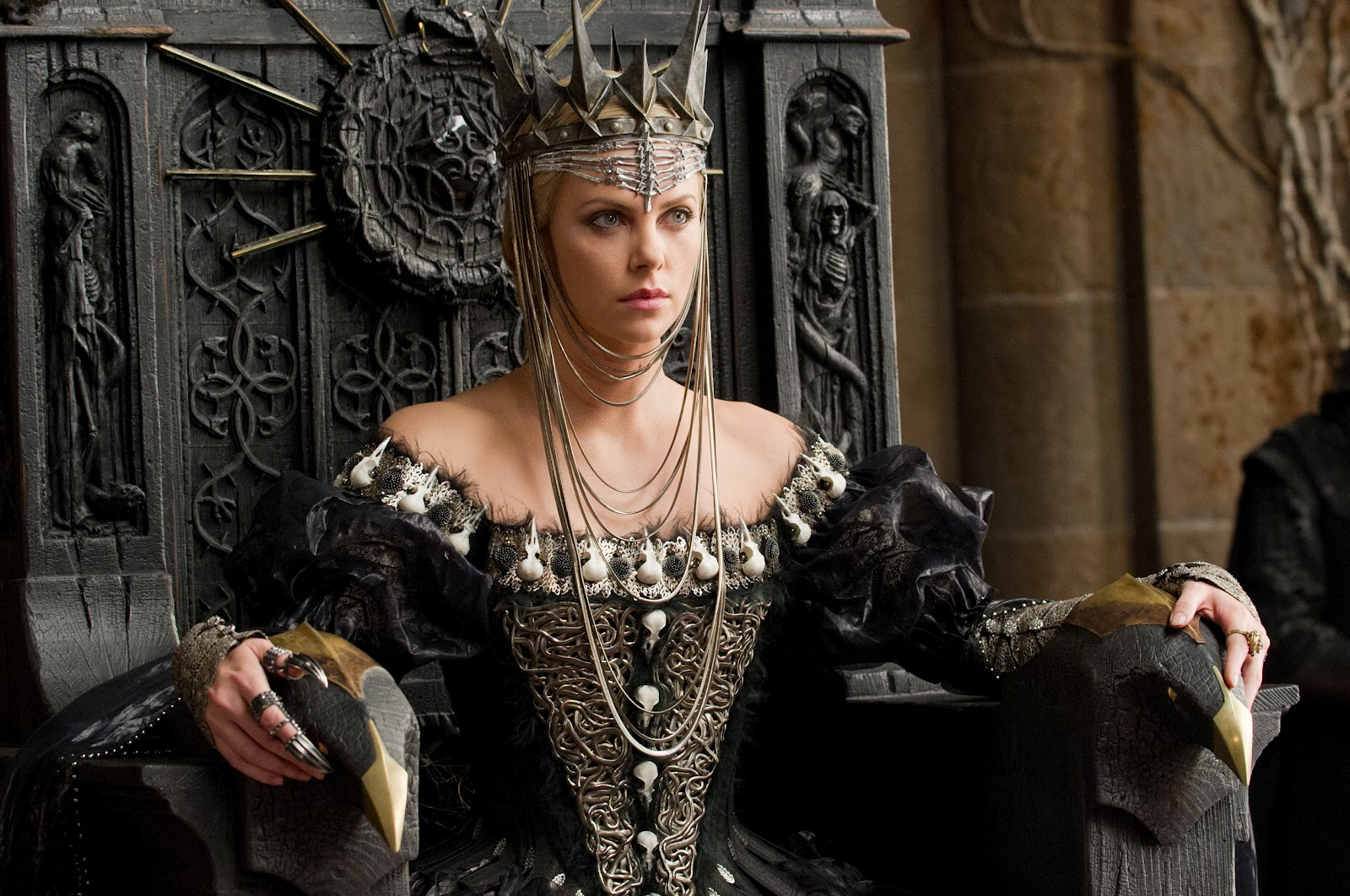 http://3.bp.blogspot.com/-9nBFDOaPKKQ/T9BUd5IpXnI/AAAAAAAAW5I/skKmK_EuYtk/s1600/2410_TP2F_00045R_charlize_theron_close_up_i\'m_the_queen_3.jpg
