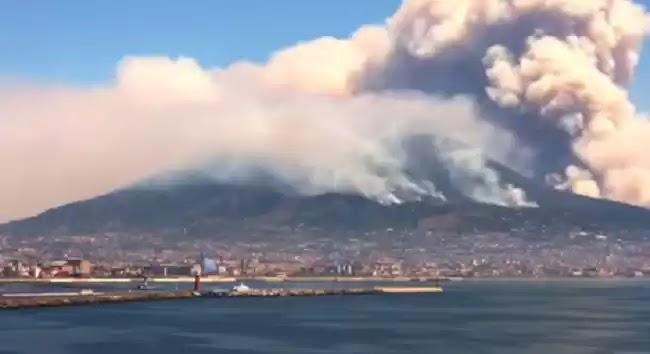 Τεράστια Πυρκαγιά στον Βεζούβιο!- Μοιάζει σαν να εξερράγη το ηφαίστειο!- Εγκαταλείπουν την περιοχή οι τουρίστες!