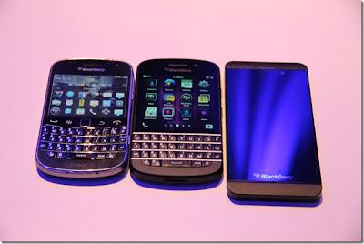 RIM está por desgracia sólo permite hacer visitas guiadas por el BlackBerry Q10 pero sí se tuvo la oportunidad de excavar en busca de algunos detalles más y obtener algunas imágenes sorprendentes de esté dispositivo. Estas imágenes nos llegan por parte de los amigos de BerryReview y mundoberry donde nos muestran una fotos comparativas entre los 3 dispositivos el BlackBerry Z10, Q10 y el BlackBerry Bold 9900. Como podemos ver en las imágenes RIM hizo el teclado 6% más grande que el Bold actual y la pantalla es 30% más grande. En ambos dispositivos el BlackBerry Z10 y Q10 la