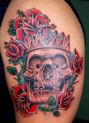 Tatuaje calavera entre rosas