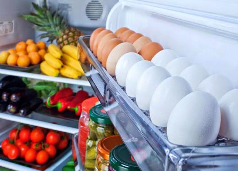 Por trás da dúzia de ovos na porta da sua geladeira