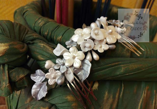 peineta en colores blanco y plata para novia realizada de forma totalmente artesanal