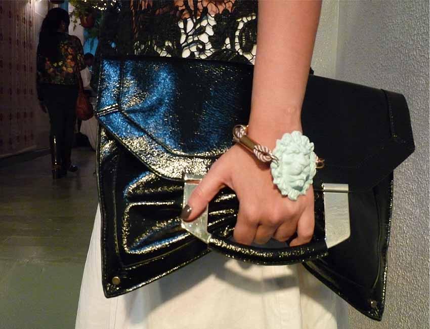 black-white-embroidery -fabric-clutch-skirt-heels-bracelet-street-style-como-una-aparición-de-la-moda-y-otros-demonios