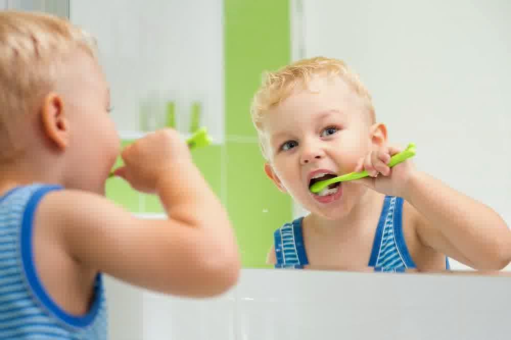 7 penyebab gigi berlubang dan sakit gigi berlubang Biasakan menyikat gigi sambil bercermin sehingga kebersihan gigi bisa dipantau