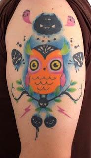 Tatuagem cartoon de coruja estilizada