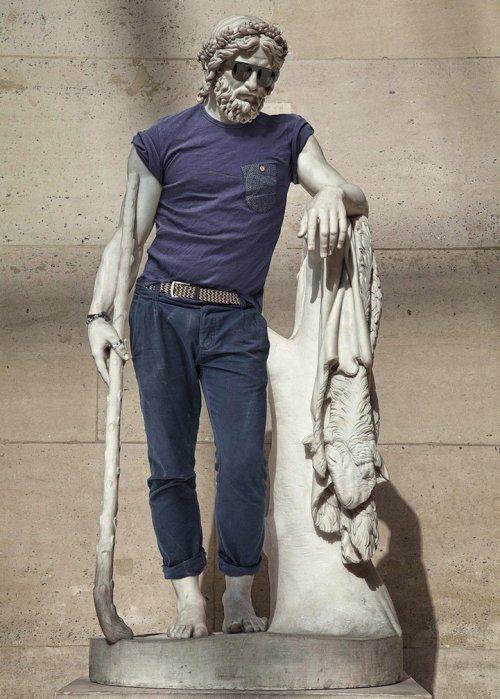 статую одели в одежду