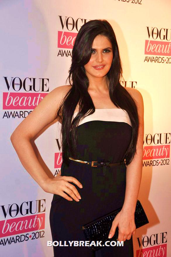 Zarine Khan in a strapless black dress  - (4) - Deepika, Nargis Fakhri and others @'Vogue Beauty Awards 2012'