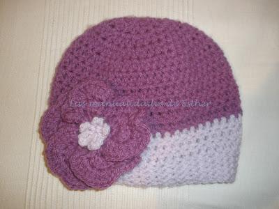 Gorro con lanas morada y lila realizado a crochet y adornado con un floripondio también a crochet