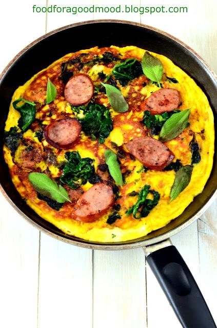 Super pomysł na szybki obiad dla dwojga lub niedzielne śniadanie. Danie podobne do omletu, do którego można dodać wszystko co się lubi: wędlinę, rybę, warzywa lub zioła. Albo inaczej - wszystko, co aktualnie mamy w lodówce :) Podstawowa rzecz - frittatę najpierw smażymy na patelni, a następnie dopiekamy w piekarniku. Zatem, kto chętny?
