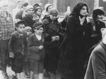 """Prisioneiros judeus HÚNGAROS A CAMINHO  DA"""" NOVA ORDEM MUNDIAL: AS CÃMARAS DE GÁS DE HITLER"""