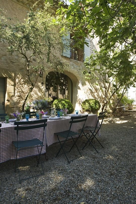 "image via inspiracionline - Provence dining - collected by linenandlavender.net for ""Alfresco-Outdoor Living"" -  http://www.linenandlavender.net/2014/04/inspiration-file-outdoor-living.html"
