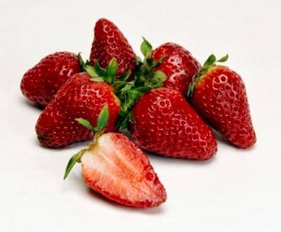hubungan buah strawberry dengan jerawat