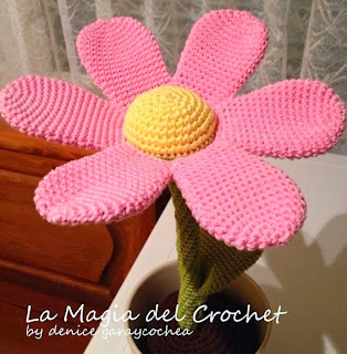 http://dghlamagiadelcrochet.blogspot.ch/2013/11/flor-patron-en-la-tecnica-amigurumi.html