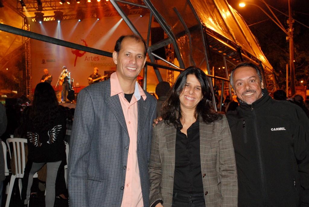 Produtor Nelson Freitas, da Água Grande, diretora de comunicação da CEG, Fernanda Amaral, e o Secretário de Turismo Henrique Carregal: parceria pela promoção da arte e da cultura