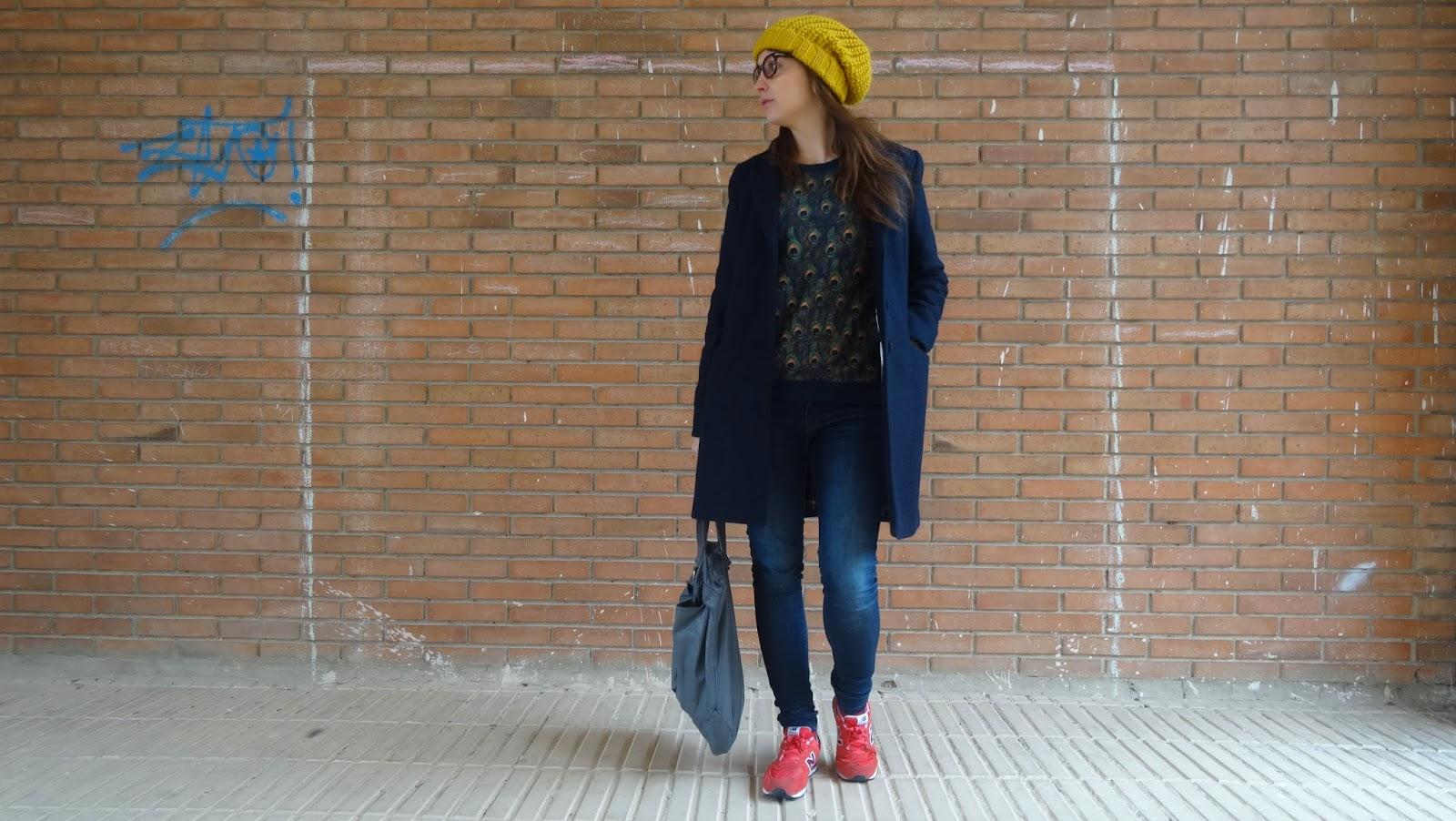 Combinación perfecta para este invierno abrigo navy de Zara, sudadera con print animal de Bellfield y zapatillas new balance