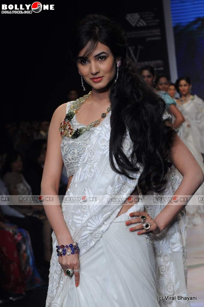 Sweet Sonal Chauhan walks the Ramp at IIJW 2011