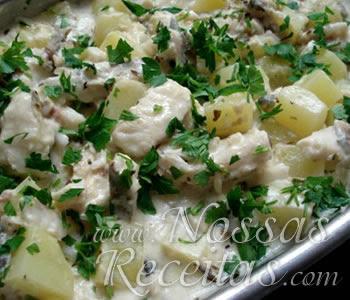 receita de peixe cortado em iscas e servido com batatas