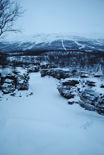 凍って更に雪で覆われた川