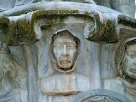 Detall de les virtuts del Monument al Pare Claret