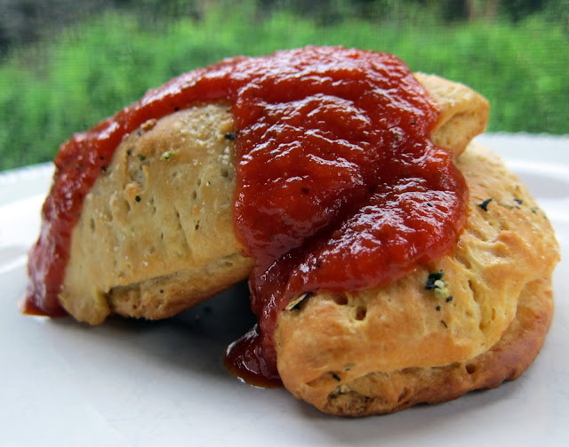 Mini Calzones Recipe - Pillsbury Grands biscuits stuffed with cheese and your favorite pizza toppings. Quick recipe for lunch/dinner or after school snack. Bake and freeze for a quick on-the-go treat.