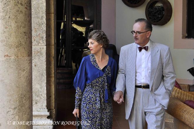 Brian Scott (D), y su esposa Julie Lord, provenientes de Australia, quienes viven al estilo Art Déco, pasean por los jardines del Hotel Nacional de Cuba, durante su participación en el XII Congreso Mundial de Art Déco, en La Habana, el 16 de marzo de 2013.