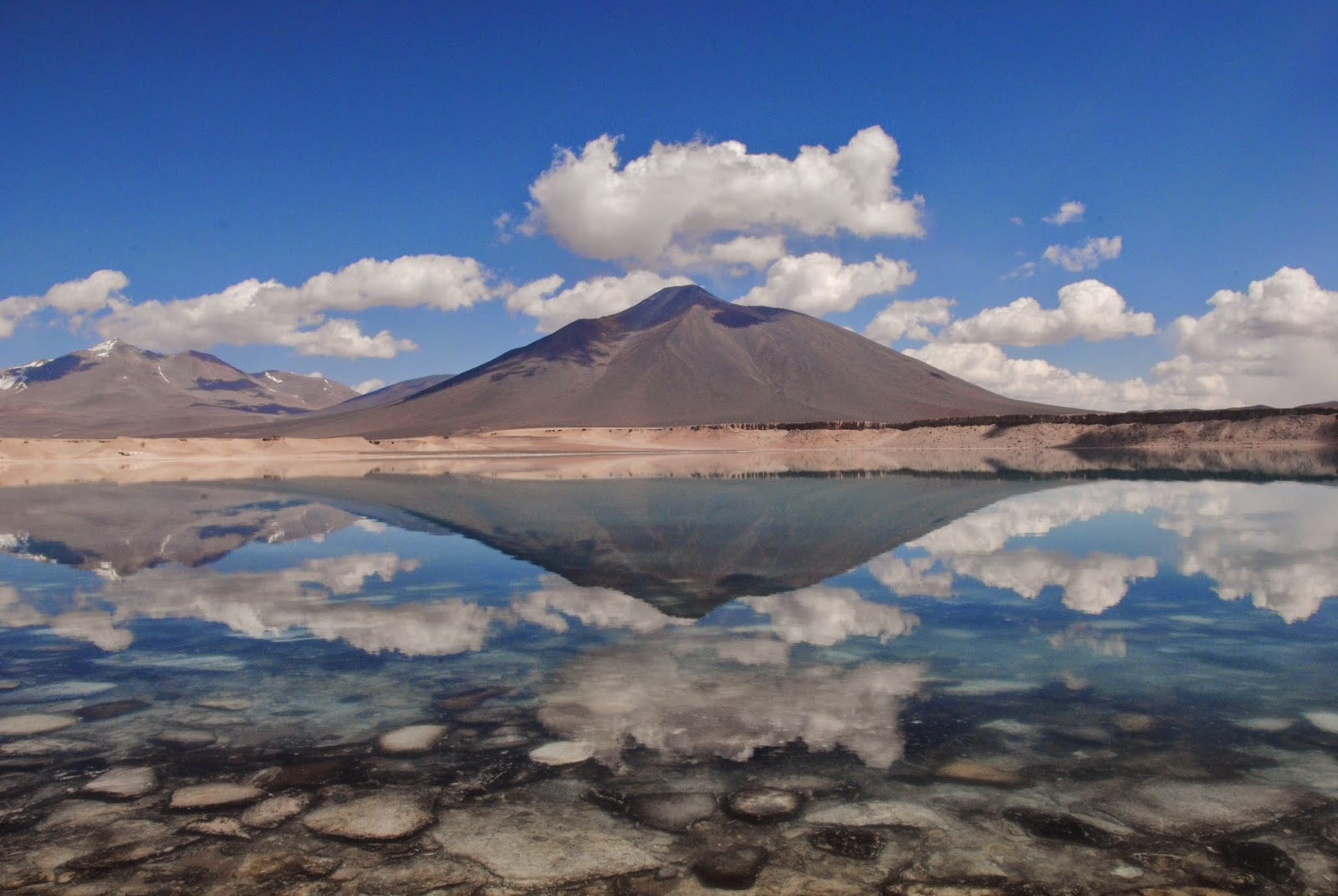 Laguna Verde, reflet du volcan Ojos del Salado - Chili