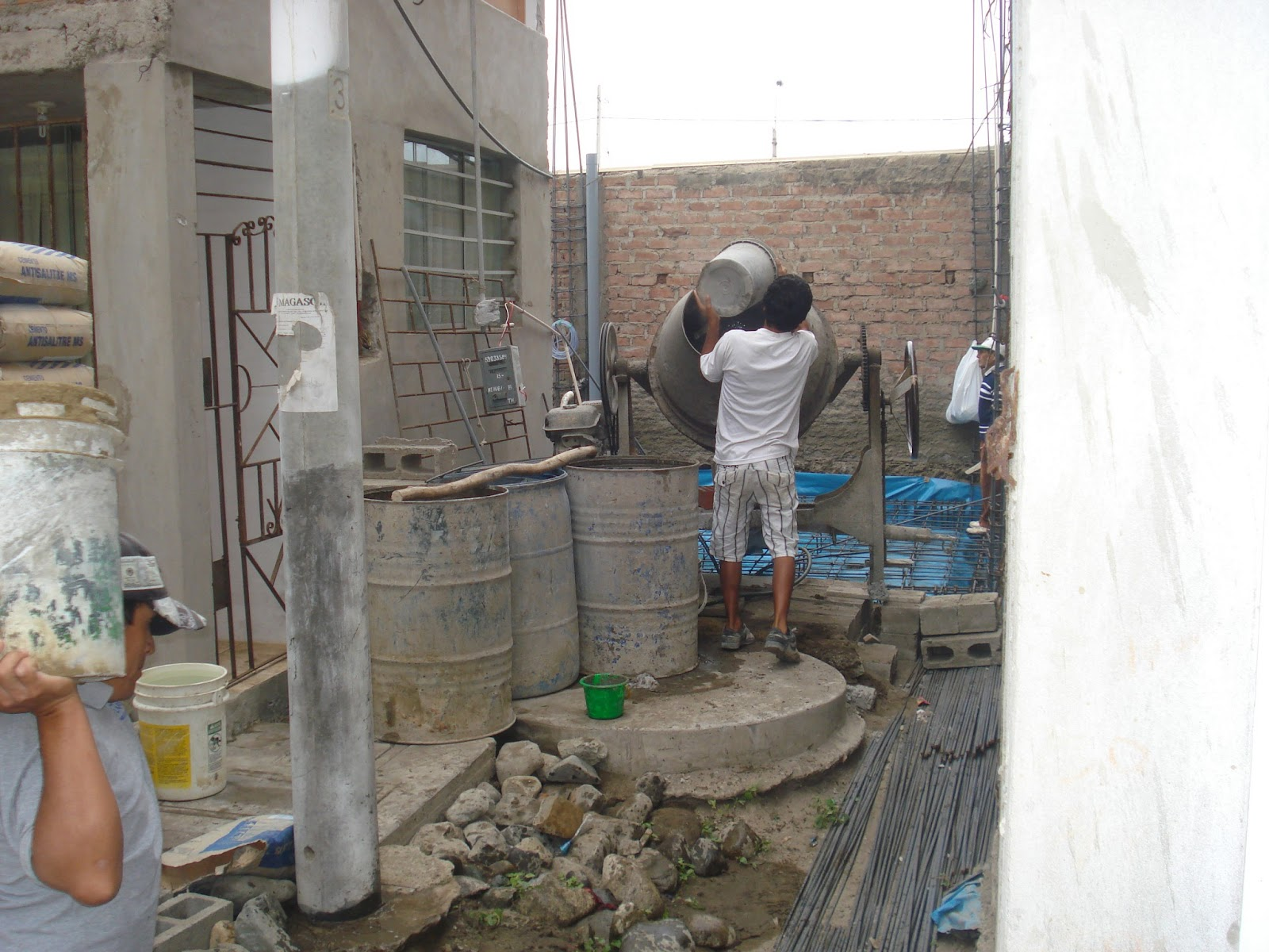 Construcci n de una casa obreros trabajando - Construccion de una casa ...