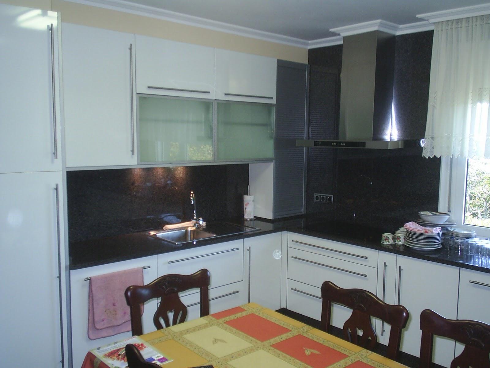 Sansu cocinas y carpinteria cocina con puerta blanca for Encimera negra brillo