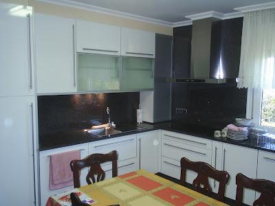 Sansu cocinas y carpinteria cocina con puerta blanca for Cocina blanca encimera granito negra