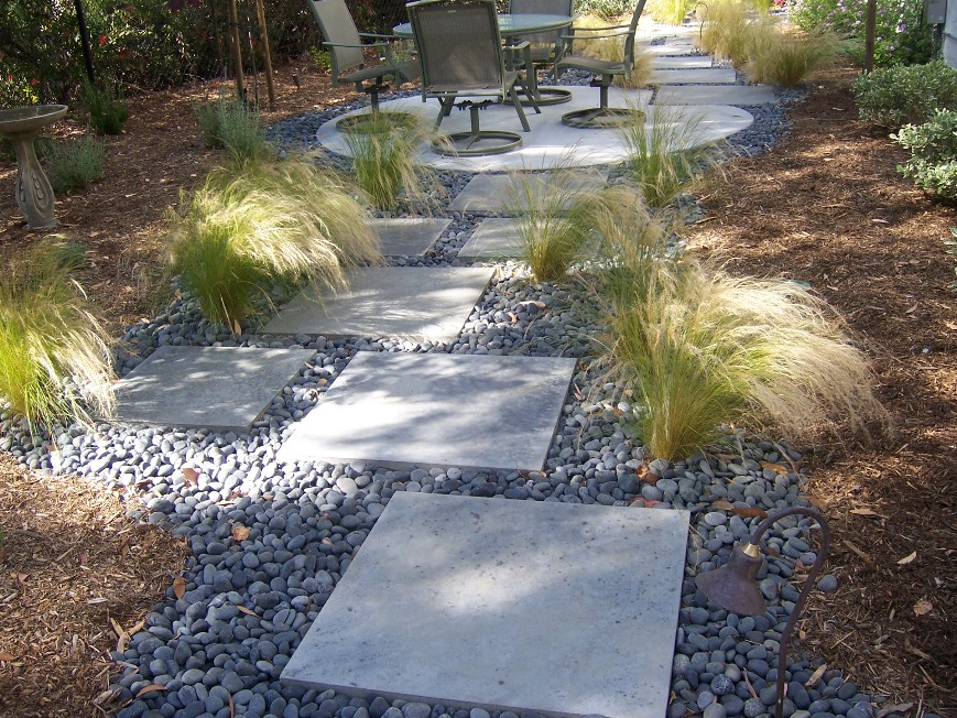 The 2 minute gardener photo concrete stepping stones for Rock stepping stones landscaping