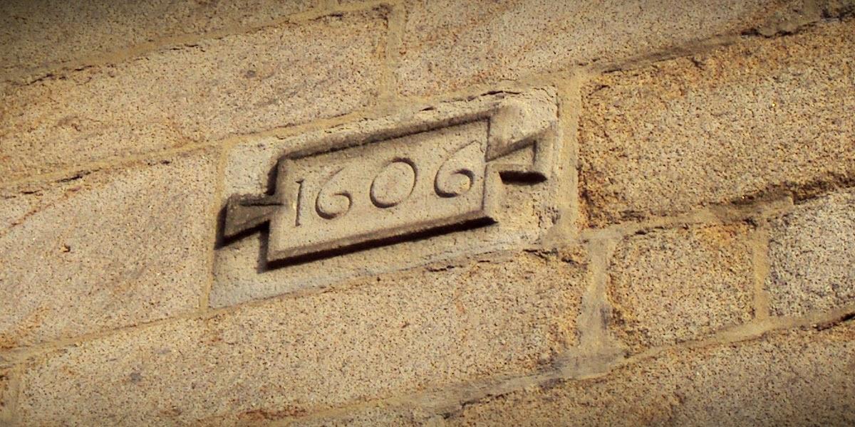Le cartouche mentionnant la date de l'élévation du mur du portail sud noté 1606