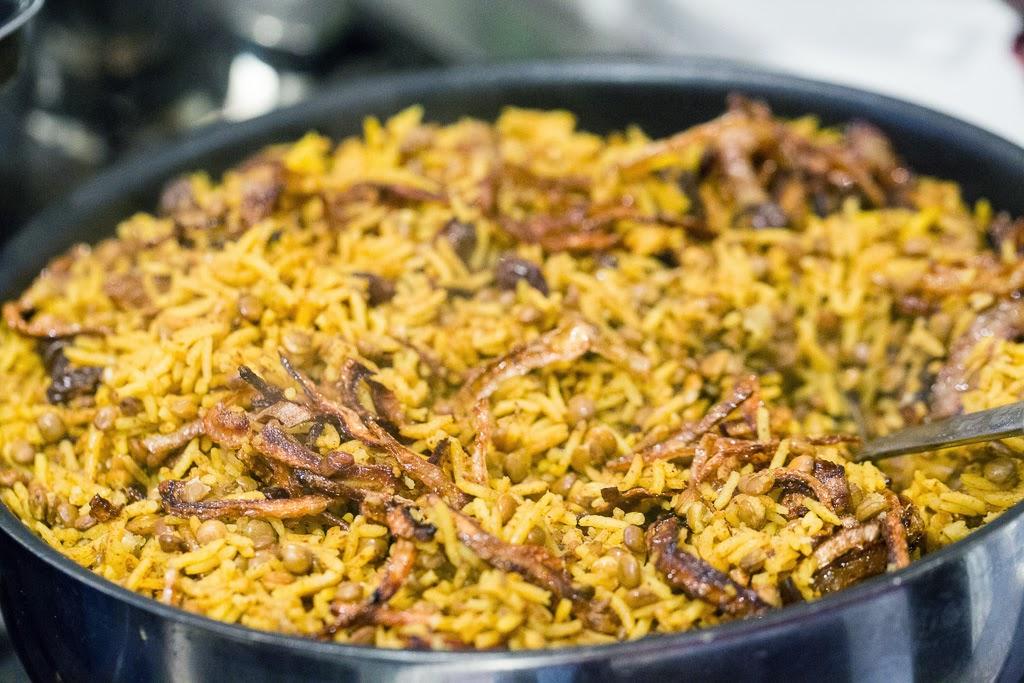 paahdettua sipulia, linssejä ja riisiä