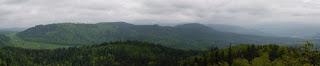 Vom Mahlbergturm fotografierter Bergrücken mit dem Mauzenberg