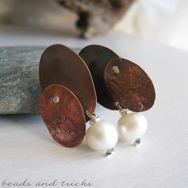 Orecchini a perno in rame e argento con perla coltivata