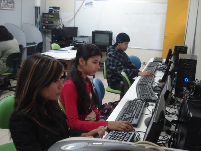 Alunos da 8ª série no laboratório de informática