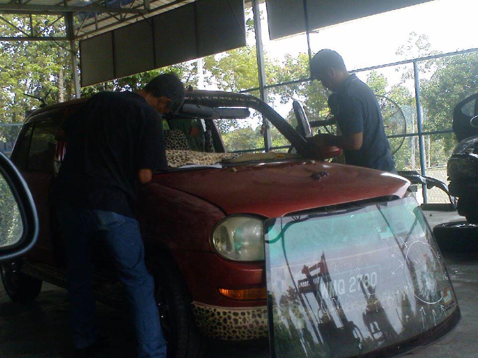 ke tempat anda untuk perkhidmatan membaiki dan menukar cermin kereta