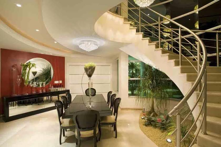 mesa jardim de inverno: jardim de inverno embaixo da escada e da iluminação com pendentes de