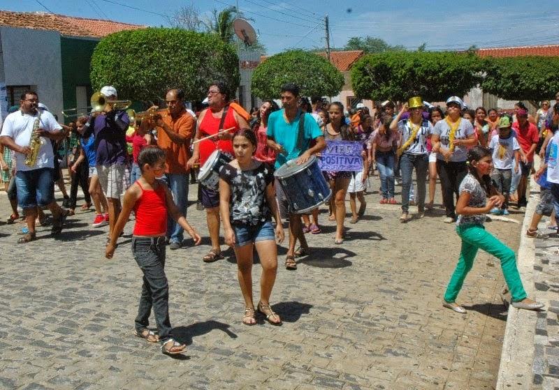 Estudantes de Zabelê comemoram carnaval em grande estilo