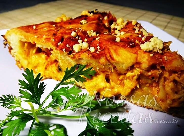 Receita de torta com a massa de liquidificador e recheio de frango cremoso.