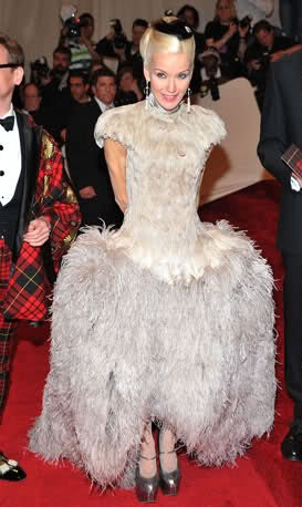 Daphne Guinness In Alexander Mcqueen Is Probably A Little Bit Insane She Known For He Ridiculous Get Ups And Of Course Decided To Wear One