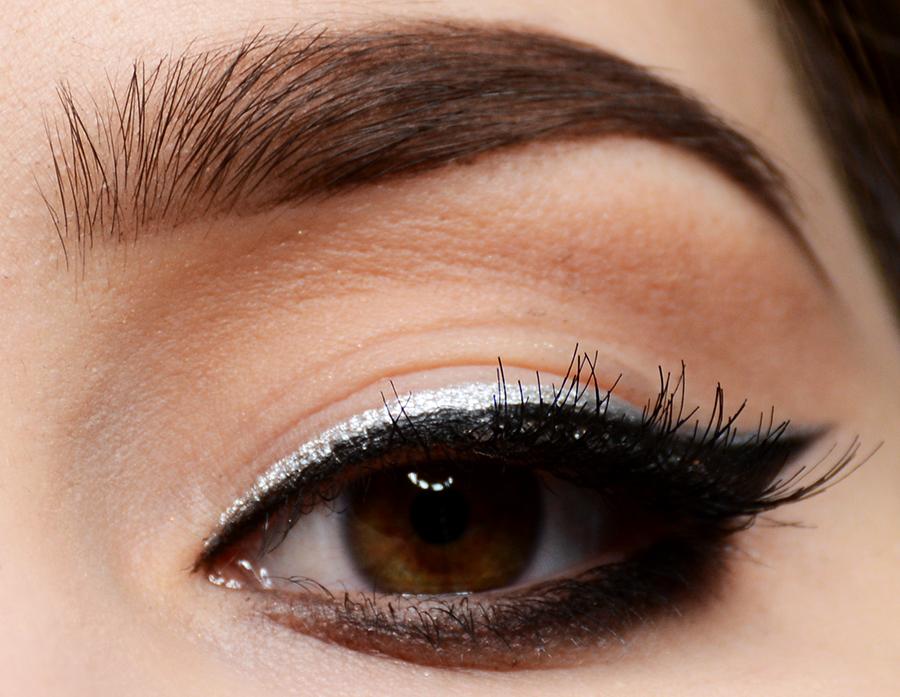 makijaż na sylwestra, makijaż wieczorowy, srebrny eyeliner, inglot pigment 72, ardell demi whispies, blog makijażowy, sienia, colorful mad world,