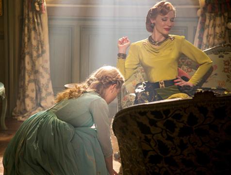 La madrastra (Cate Blanchett) y Ella (Lily James) en Cenicienta (2015) - Cine de Escritor