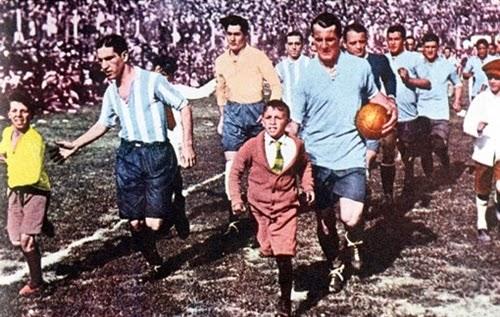 Uruguai e Argentina entrando em campo grande final