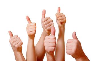 Los valores de la empresa, manos arriba, pulgares arriba, manos