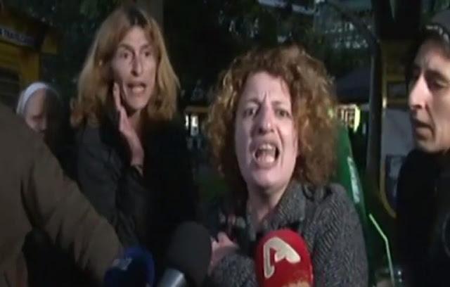 Η μητέρα κατήγγειλε ότι την χτύπησαν τα ΜΑΤ και φώναζε «Να παραιτηθούν όλοι! Μπουρδ@λο κράτος»! [Βίντεο]