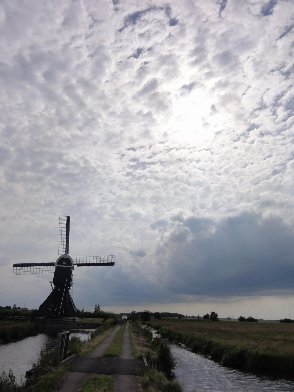 God is in de stilte: Hollandse wolkenluchten over de Alblasserwaard