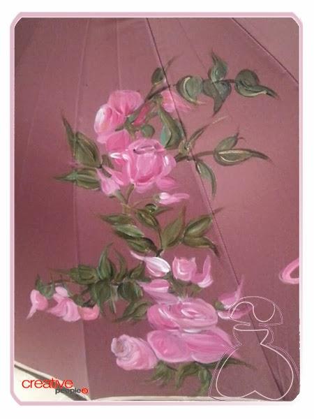 Ramillete de rosas a uno de los lados y que forma parte de la decoración del paraguas pintado a mano modelo Rosas por Sylvia Lopez Morant.